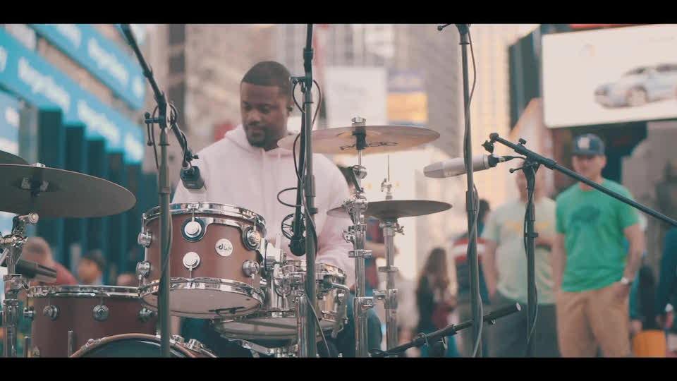 "Warm Audio :: Derrick Wright ""Feel The Vibe"" ft. TRU - 时代广场现场"